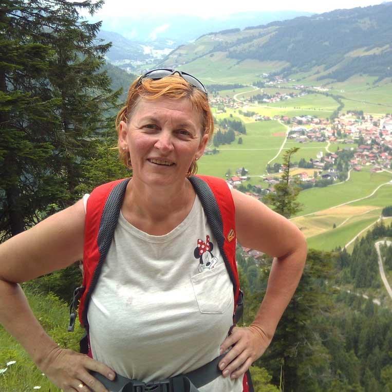 ilona tropa par mani gar ūdenskritumu urfall uz virsotni neunerkopfle austrijas alpos tannheim schmieden tyrol
