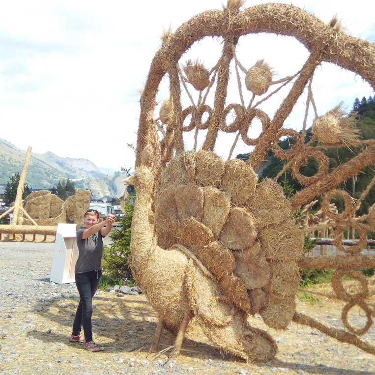 ilona tropa par mani salmu skulptūras valloire pilseta francijas alpos straw sculptures rhone-alpes
